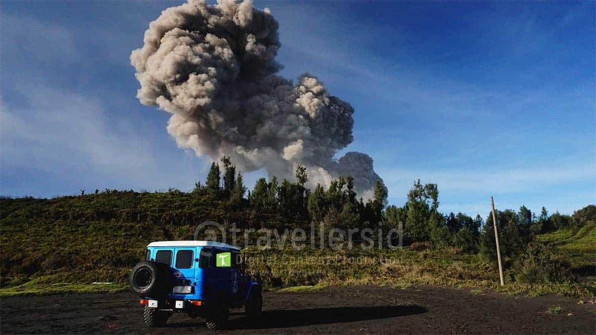 Jeep-at-Bromo-Tengger-Semeru-National-Park-During-2016-Eruption-1.jpg