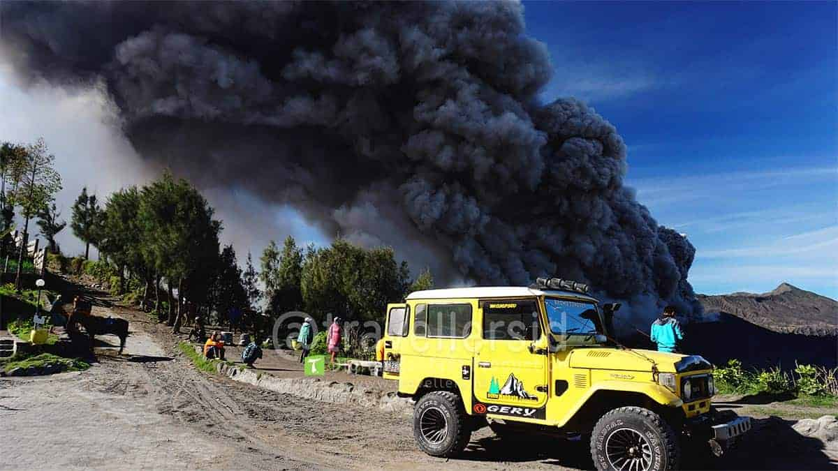 Jeep-at-Bromo-Tengger-Semeru-National-Park-During-2016-Eruption-2.jpg