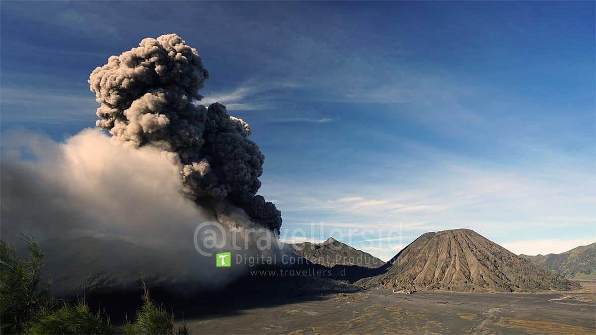 Mount-Bromo-2016-Eruption-East-Java-2.jpg