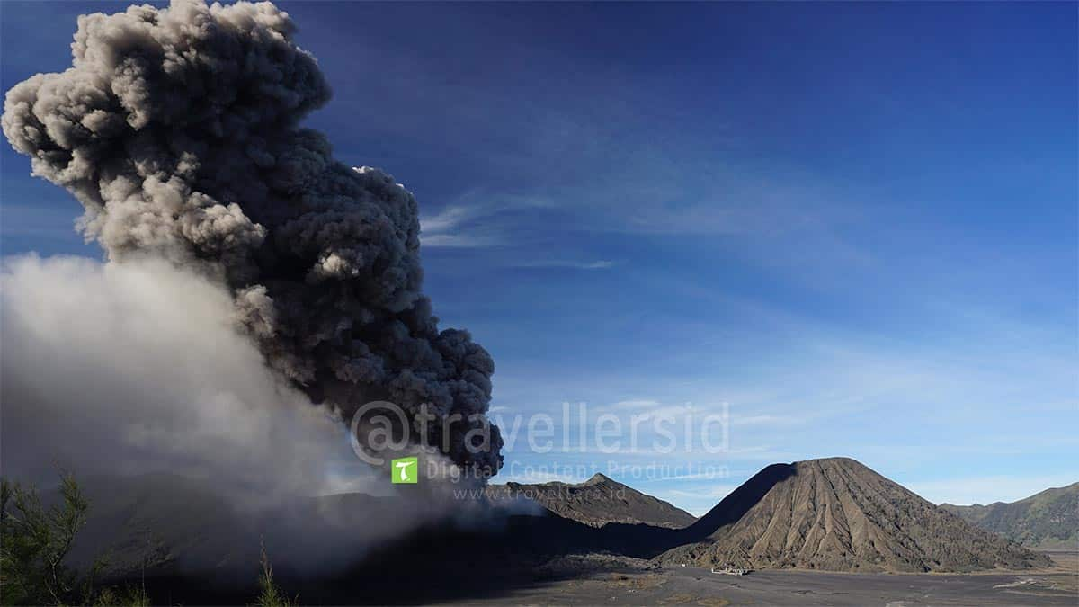 Mount-Bromo-2016-Eruption-East-Java-3.jpg